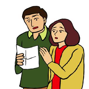 何かが書かれた用紙を見て驚く40代位の夫婦の写真素材 [FYI00112876]