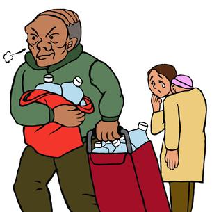水をたくさん抱えて歩く高齢男性と、それを見ながらうなだれる乳児をおんぶする若い女性の写真素材 [FYI00112885]