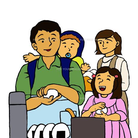 停電に備えて家事を分担する若い家族の写真素材 [FYI00112892]