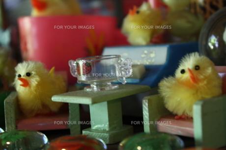 ヒヨコのおもちゃの食卓の写真素材 [FYI00112977]