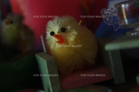 ヒヨコのおもちゃがイスに座っているの素材 [FYI00112978]
