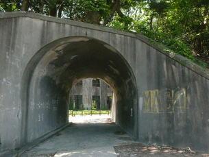 トンネルの先の廃墟の写真素材 [FYI00112985]