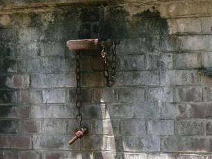 レンガ造りの壁にある錆びた鎖の写真素材 [FYI00113030]