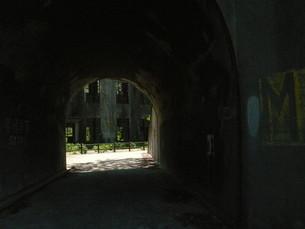 トンネルの先の廃墟の写真素材 [FYI00113042]