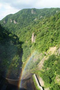 ダムに架かる虹の写真素材 [FYI00113638]