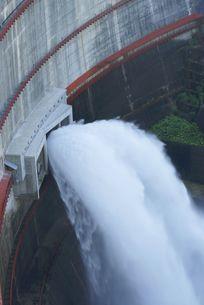 ダムの放水の写真素材 [FYI00113658]