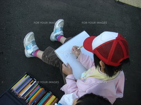 絵を描く子供の写真素材 [FYI00113672]