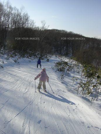 スキーをする子供の素材 [FYI00113677]