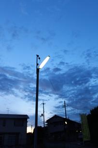 夕闇の街灯の素材 [FYI00113824]