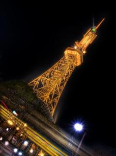 漆黒に浮かぶテレビ塔の写真素材 [FYI00114037]