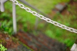 芝生へ続く階段に架かる鎖の写真素材 [FYI00114051]