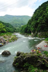 夏の御岳渓谷に集うレジャー客たちの写真素材 [FYI00114084]