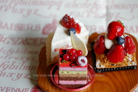 3個のおしゃれなケーキの写真素材 [FYI00114273]