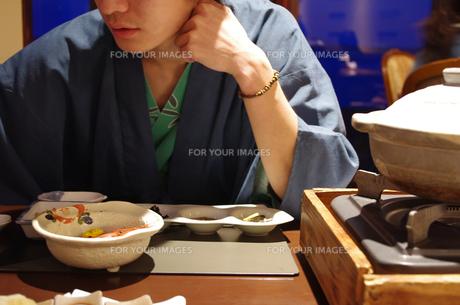 温泉旅行 男性 旅館 料亭の写真素材 [FYI00114303]