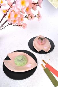うぐいす餅と桜餅の写真素材 [FYI00114409]