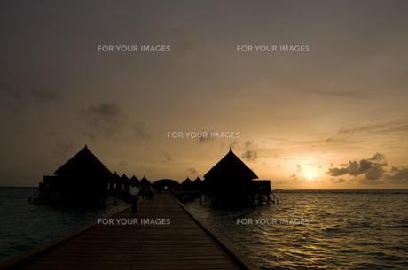 夕日 水上コテージの写真素材 [FYI00115021]