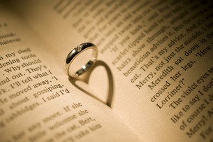 結婚指輪と本に映るハートの写真素材 [FYI00115056]