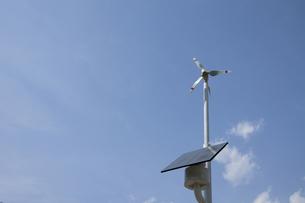 自家用の風力発電とソーラーパネルの写真素材 [FYI00115080]
