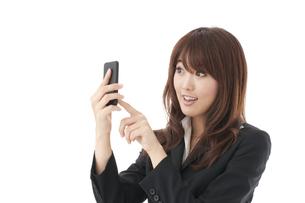 スマートフォン 女性の写真素材 [FYI00115118]