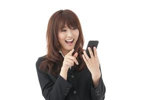 スマートフォン 女性の写真素材 [FYI00115136]