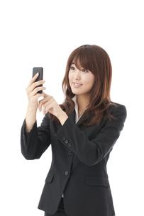 スマートフォン 女性の写真素材 [FYI00115145]