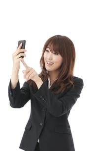 スマートフォン 女性の写真素材 [FYI00115150]