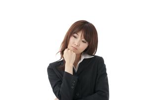 悩む女性の写真素材 [FYI00115168]