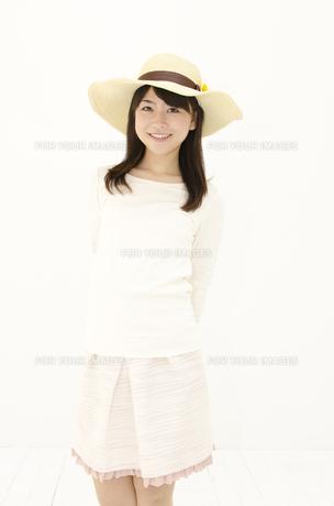 麦わら帽子をかぶった女性の写真素材 [FYI00115199]