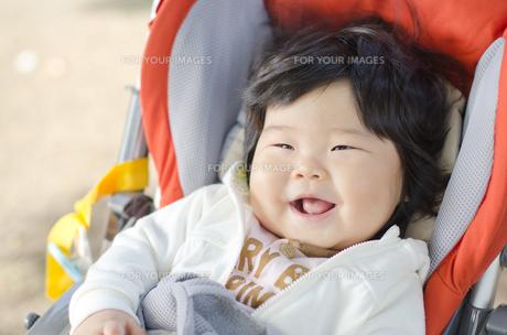 散歩中の赤ちゃんの笑顔の写真素材 [FYI00115236]