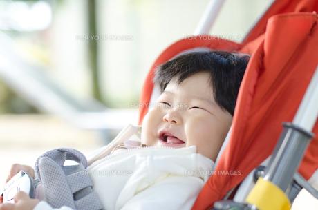 散歩中の赤ちゃんの笑顔の写真素材 [FYI00115242]