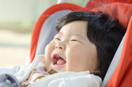 散歩中の赤ちゃんの笑顔の写真素材 [FYI00115245]