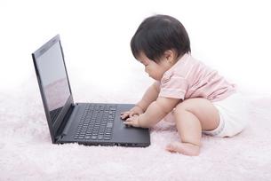 赤ちゃんからパソコンの写真素材 [FYI00115251]