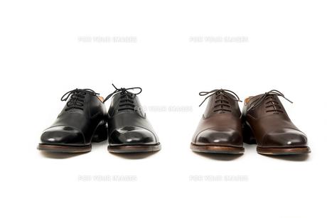 男性用の茶色と黒の革靴の写真素材 [FYI00115253]