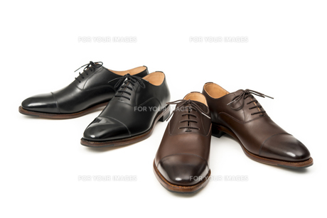 男性用の茶色と黒の革靴の写真素材 [FYI00115255]