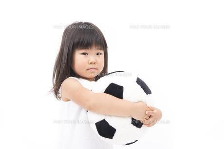 サッカーボールを持ってる女の子の写真素材 [FYI00115256]