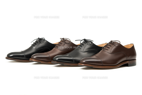 男性用の茶色と黒の革靴の写真素材 [FYI00115259]