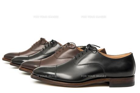 男性用の茶色と黒の革靴の写真素材 [FYI00115264]