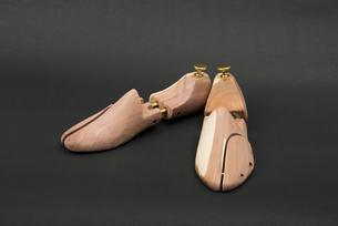 木製のシューキーパーの写真素材 [FYI00115267]