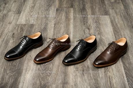 男性用の茶色と黒の革靴の写真素材 [FYI00115271]