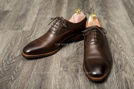 男性用の茶色い革靴とシューキーパーの写真素材 [FYI00115274]