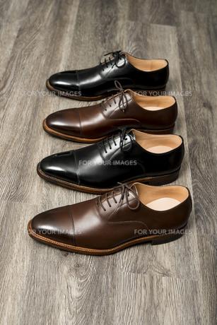 男性用の茶色と黒の革靴の写真素材 [FYI00115277]