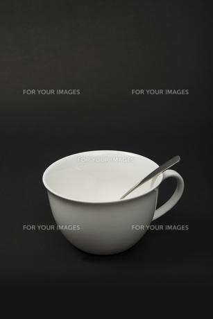 白いスープカップとスプーンの写真素材 [FYI00115279]