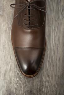 男性用の茶色い革靴 つま先アップの写真素材 [FYI00115286]
