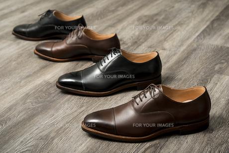 男性用の茶色と黒の革靴の写真素材 [FYI00115289]
