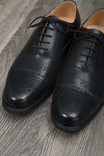 濡れた男性用の革靴の写真素材 [FYI00115296]