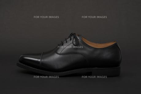 男性用の黒い革靴 片足のみの写真素材 [FYI00115298]