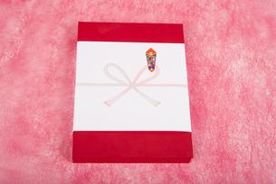 のし紙のついた赤い箱のギフトの写真素材 [FYI00115299]