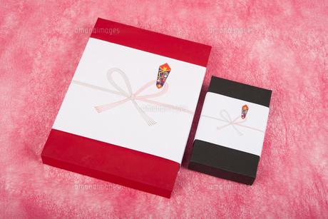 のし紙のついた赤と黒のギフトボックスの写真素材 [FYI00115300]