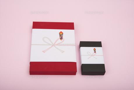 のし紙のついた赤と黒のギフトボックスの写真素材 [FYI00115301]