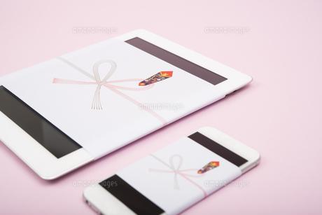 のし紙のついたタブレットとスマートフォンの写真素材 [FYI00115303]